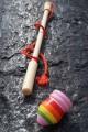 Jeux en Bois Toupie à Fouet Jouet Ancien Toupie Ancienne avec lanceur Ficelle Toupie Shop Magasin de Jouets Bois Toupies