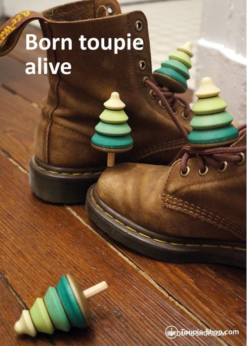 Born Toupie Alive Carte avec Photo de Toupies et Jeux de Mots Création Toupie Shop Magasin de Jouet en Bois Cadeau Original