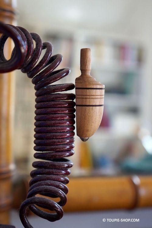 Magnet en Bois Naturel Jouet Artisanal Toupie Shop Magasin Jouets Toupies Achat Cadeau Original Adulte Jeux Bureau Fete Peres